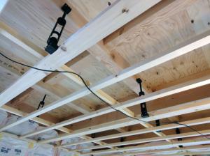 防震吊木天井下地組み