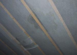 断熱材に雨漏りのシミが